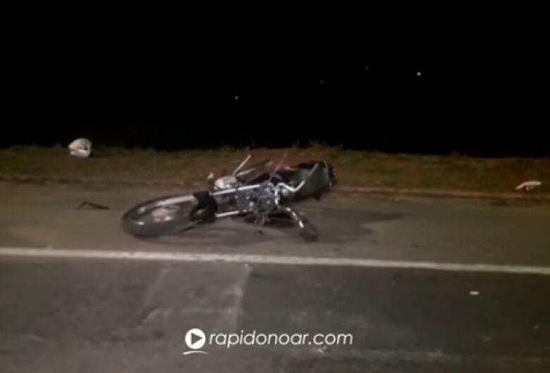 Dupla morre após tentar fugir da PM e colidir moto em poste