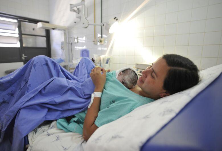 Prefeito sanciona lei que garante direito à gestante de optar pela cesariana em São Carlos