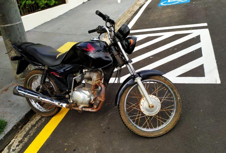 Adolescente sem capacete é flagrado em moto suspeita