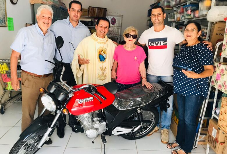 Ganhador repassa moto para projeto que cuida de crianças carentes
