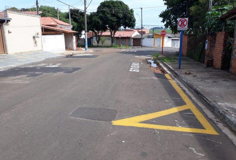 """""""Cratera"""" em rua deixa usuários do transporte público preocupados"""