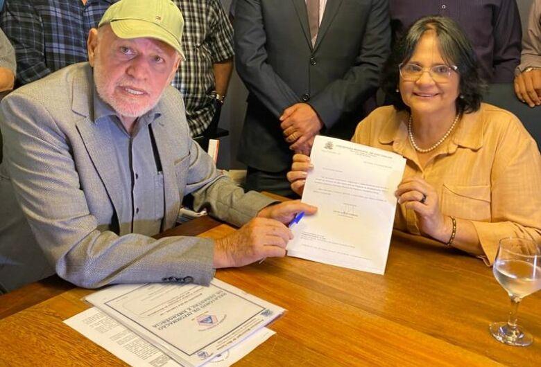 Ministra Damares prega união em visita e diz que São Carlos é prioridade em Brasília