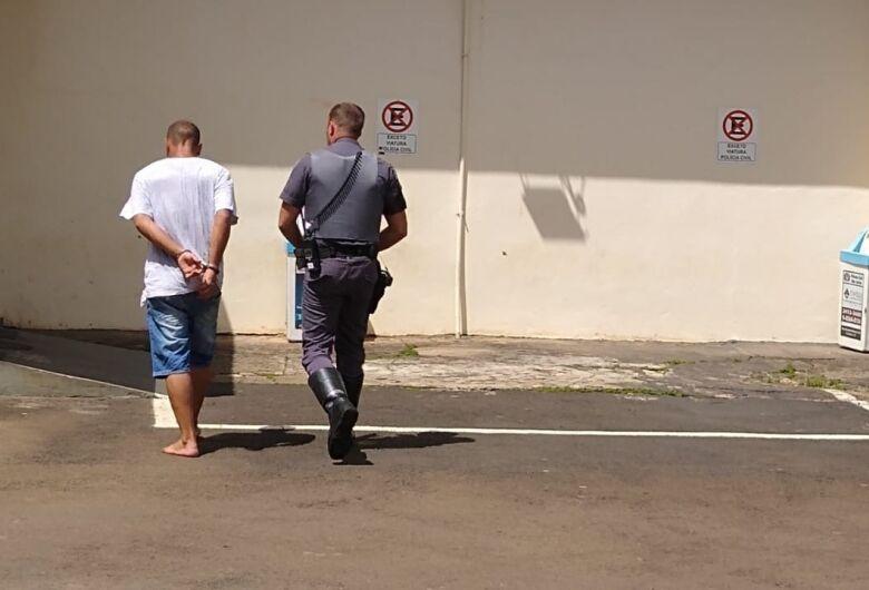Homem furta porta de antiga fábrica para comprar drogas