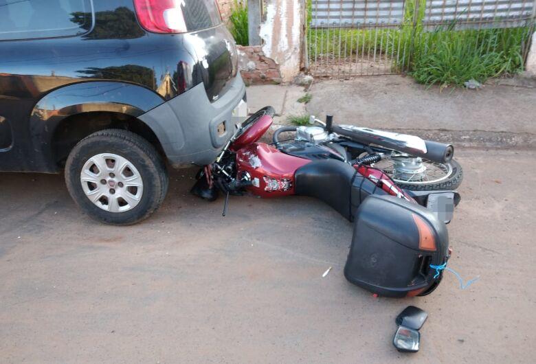 Após queda, moto vai parar embaixo de carro no Jardim Gonzaga