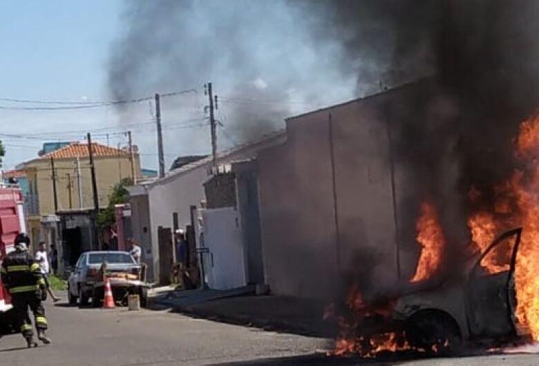 Incêndio consome carro na Vila São José; veja vídeo