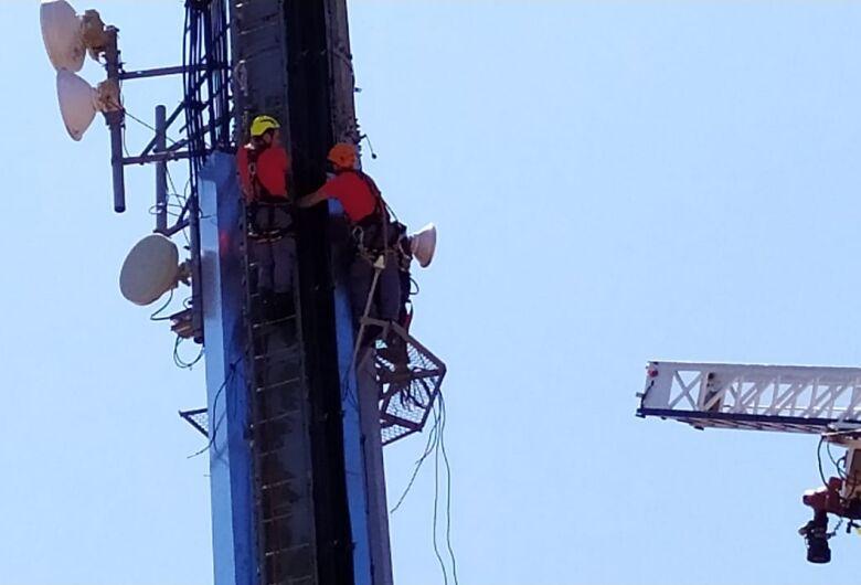 Bombeiros resgatam homem em plataforma de telefonia; após furtar, suspeito dormiu
