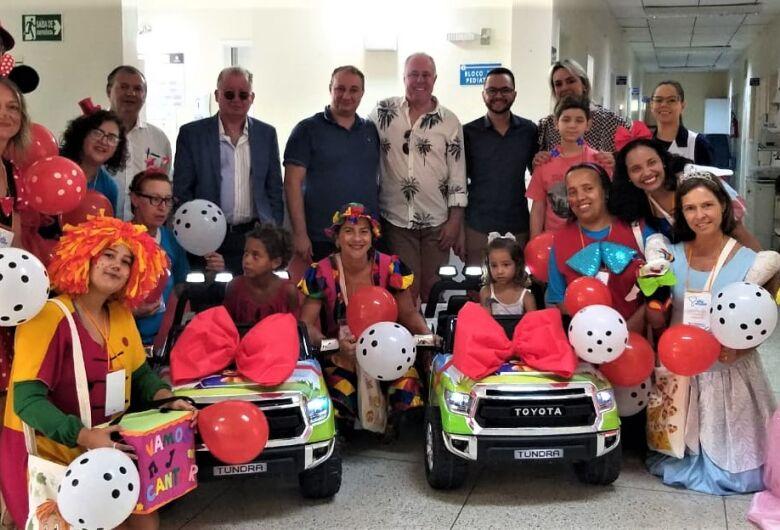 Pediatria da Santa Casa recebe carrinhos elétricos doados pela Suzantur