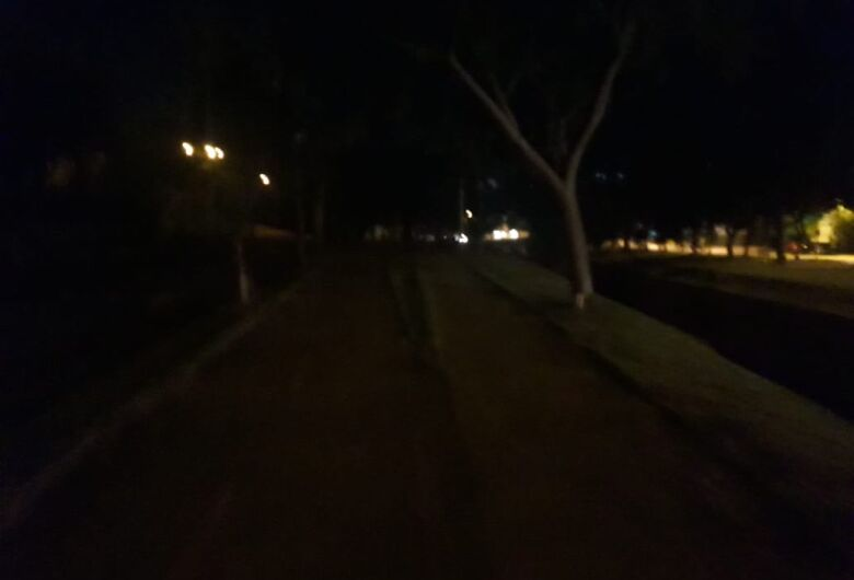 Iluminação precária causa medo em pessoas que praticam caminhada na Comendador Alfredo Maffei