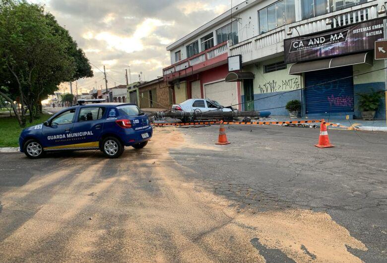 Mulher perde controle de carro, bate e derruba poste na Vila Prado