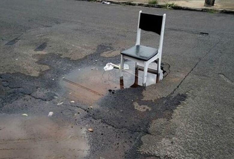 Vazamento de água com direito a cadeira: esperar sentado...