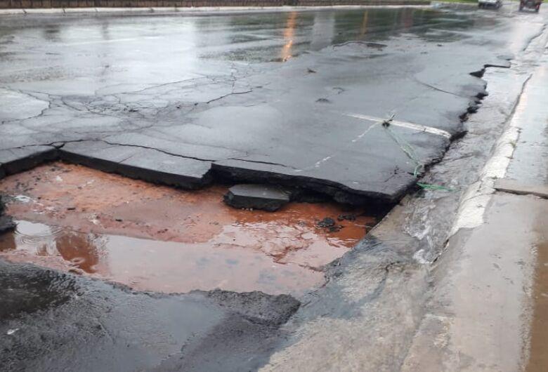 Chuva abre buraco perigoso na Getúlio Vargas