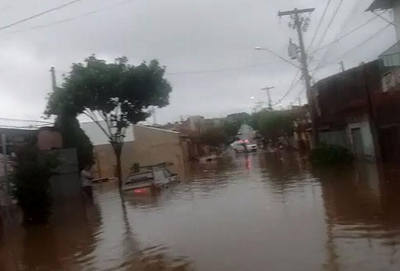 Rua fica completamente alagada no bairro Cidade Aracy