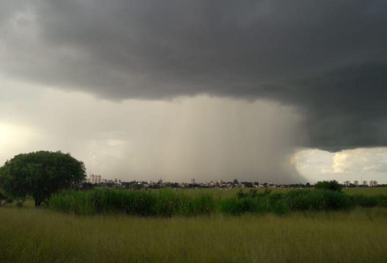Leitores registram chuva em São Carlos no final da tarde desta segunda-feira (17)