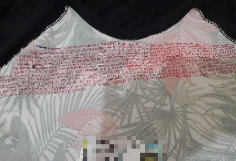 Agentes penitenciários encontram anotações sobre crime organizado na camiseta de visitante