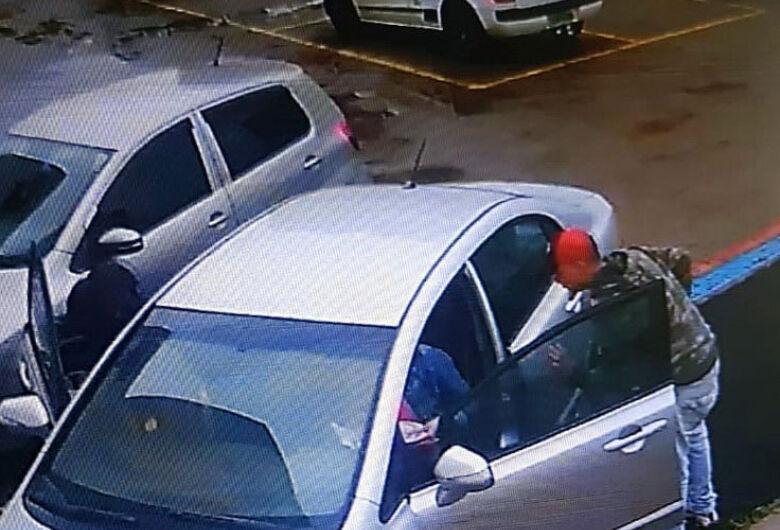 Dupla assalta mulher na porta de academia no Santa Felícia