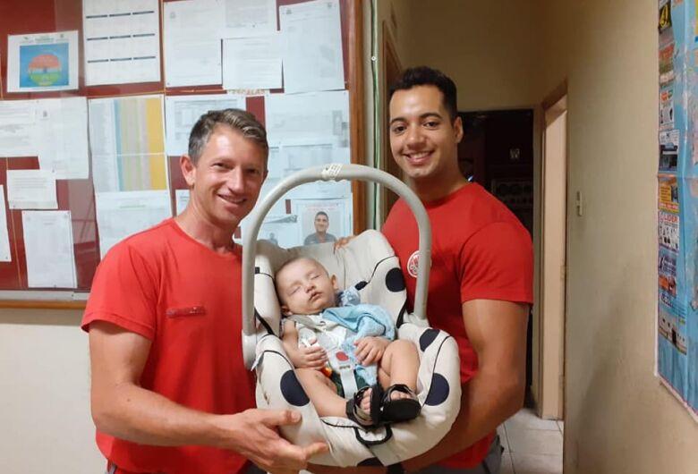 Após cinco meses, mãe e bebê vão ao quartel agradecer bombeiros que fizeram o parto