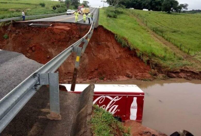 Cratera suga caminhão e carro em rodovia e funcionário de concessionária morre