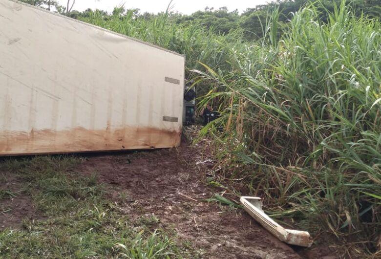 Motorista morre após dormir e caminhão tombar na SP-255