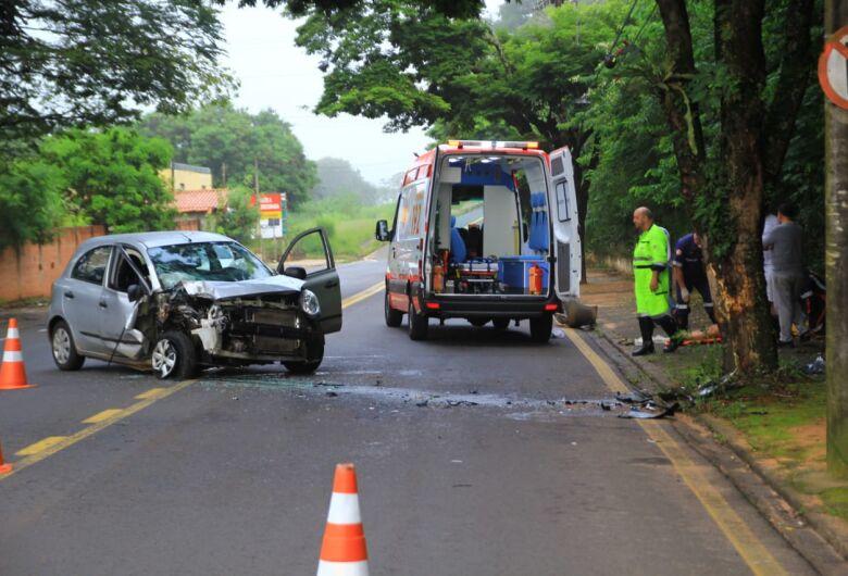 Motorista fica ferida após bater carro em árvore na serra do Aracy