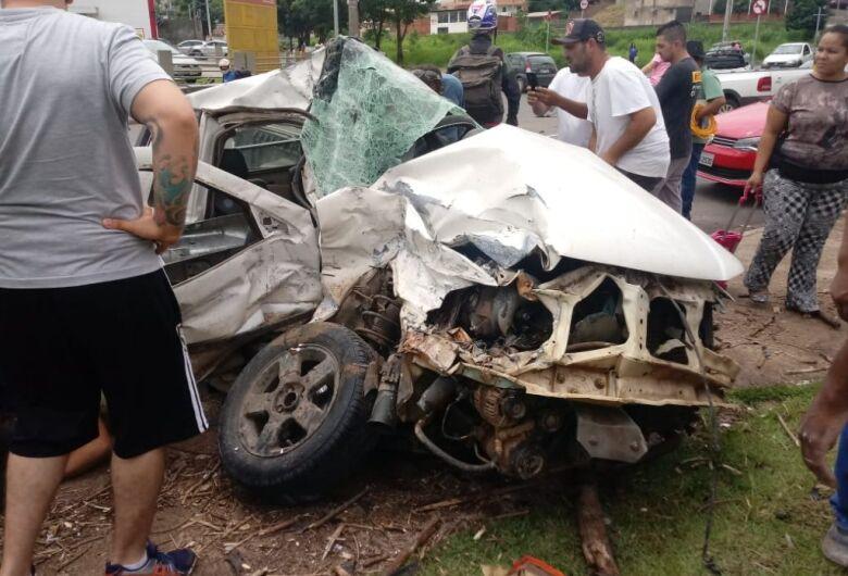 Casal morre após carro ser atingido por caminhão de lixo na região