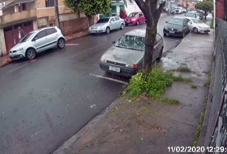 Vídeo mostra colisão de veículo contra muro na Vila Nery