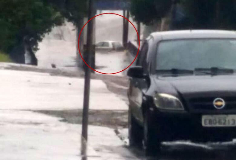 Carro fica preso em alagamento embaixo de pontilhão na Praça Itália