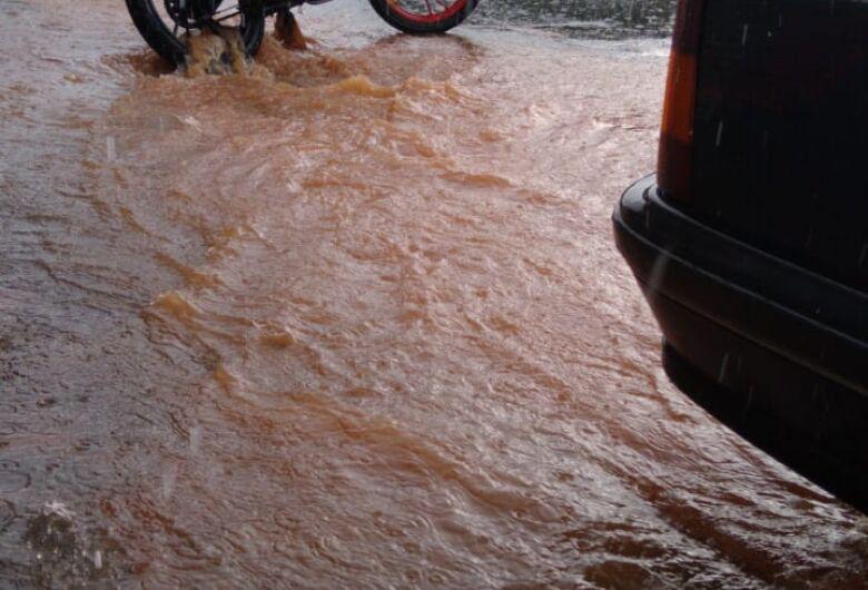 Morador registra chuva forte no Cidade Aracy