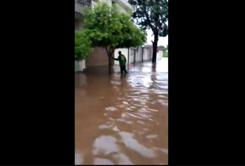 Chuva alaga rua na Vila Morumbi