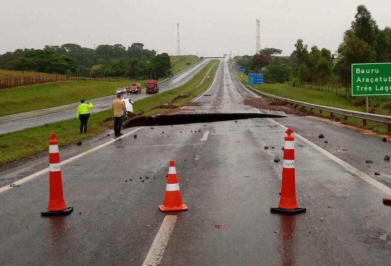 Chuva em SP: cratera engole carro e deixa uma pessoa desaparecida na SP-300
