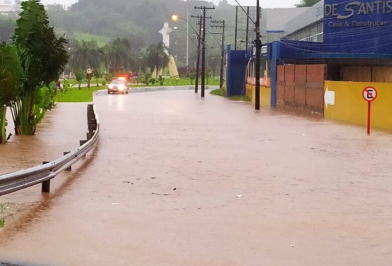 Córregos transbordam e região do Cristo volta a sofrer com a enchente