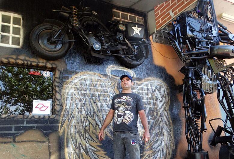 Fã dos Transformers, comerciante transforma motos em esculturas