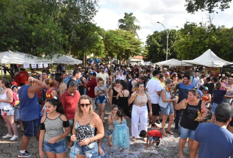 Pré-carnaval na Vila Nery lota Praça Brasil