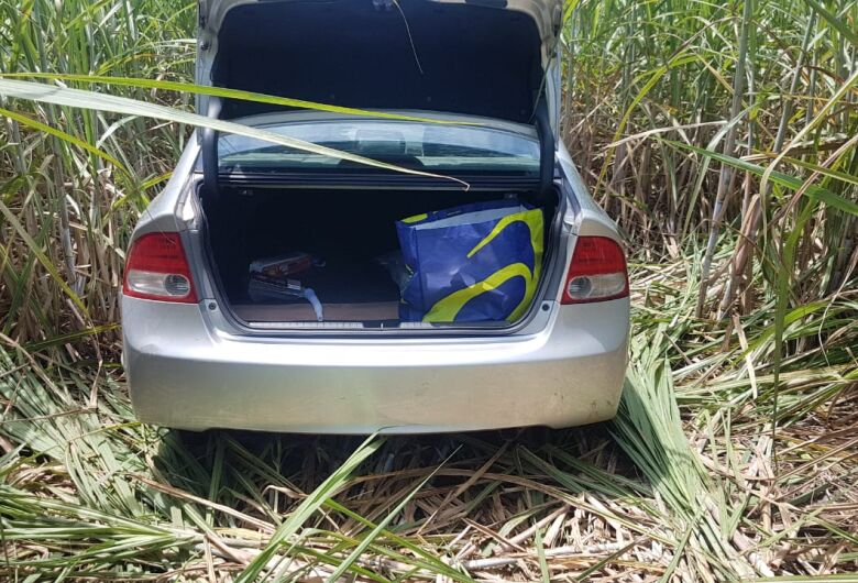 Carro roubado de mulher na porta de academia é encontrado abandonado em canavial