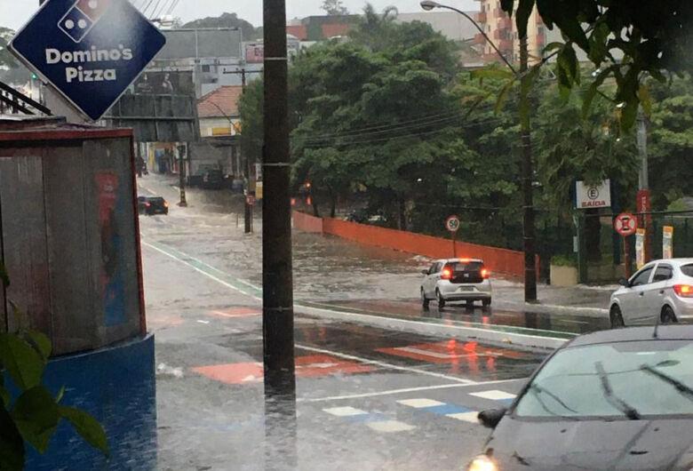 Pontilhão da avenida São Carlos está alagado