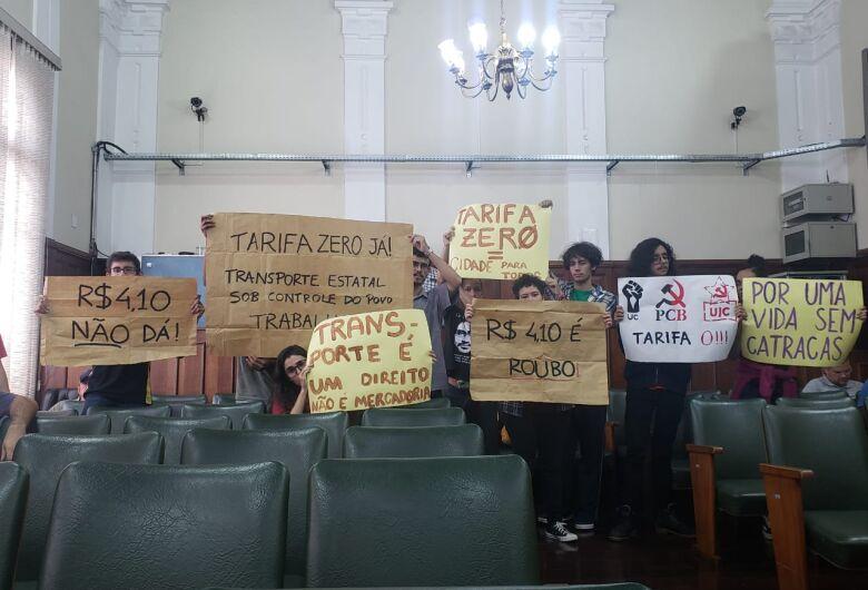 Estudantes manifestam contra aumento da tarifa de ônibus e levam bronca do vereador Leandro Guerreiro
