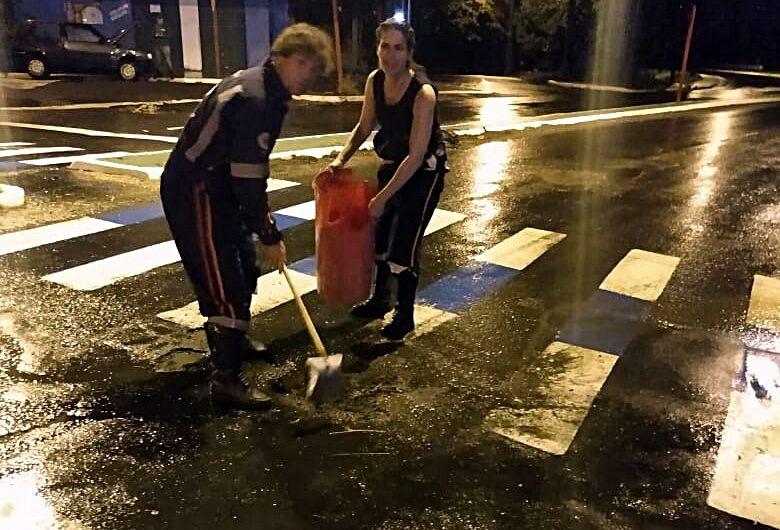 Funcionários do Samu tapam buracos no asfalto para evitar acidentes