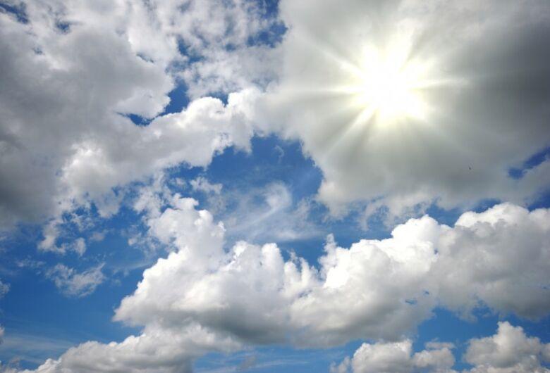 Sol aparece entre nuvens neste sábado de Carnaval