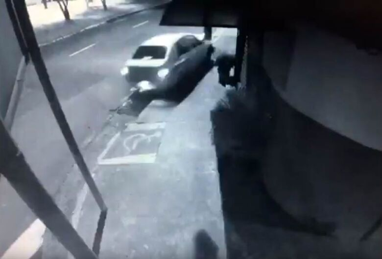 Vídeo mostra carro derrubando poste na Vila Prado; motorista estava com sinais de embriaguez
