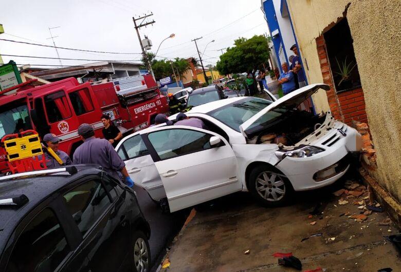 Carro arrebenta muro na Conde do Pinhal; dois feridos