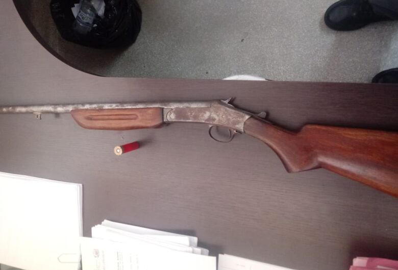PM apreende arma e objetos de origem duvidosa em Ribeirão Bonito