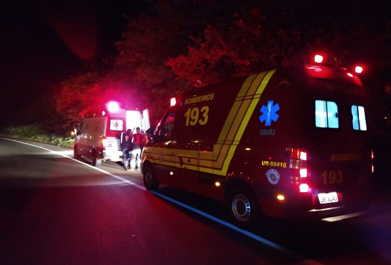 Motorista morre após caminhão capotar e a carga cair sobre ele