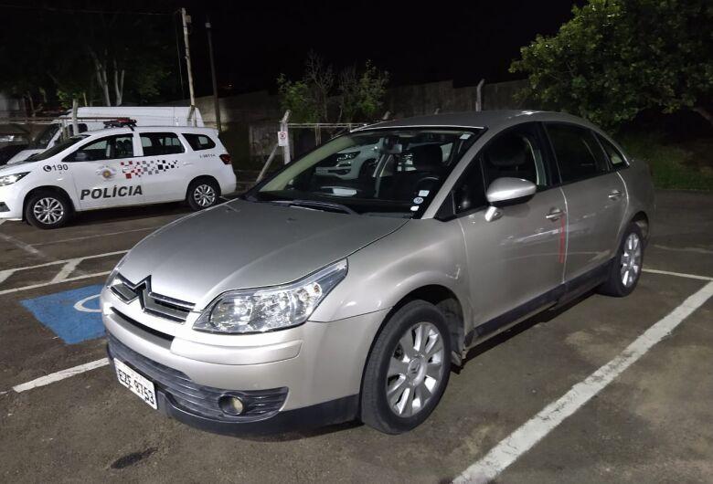 Carro usado em roubo é reconhecido e irmãos são detidos