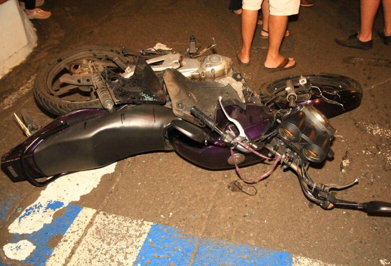 Duas pessoas ficam feridas em colisão entre carro e moto no Centro
