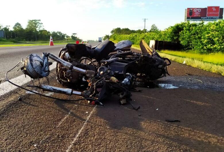 Motociclista morre após ser atropelado por caminhão na Washington Luís