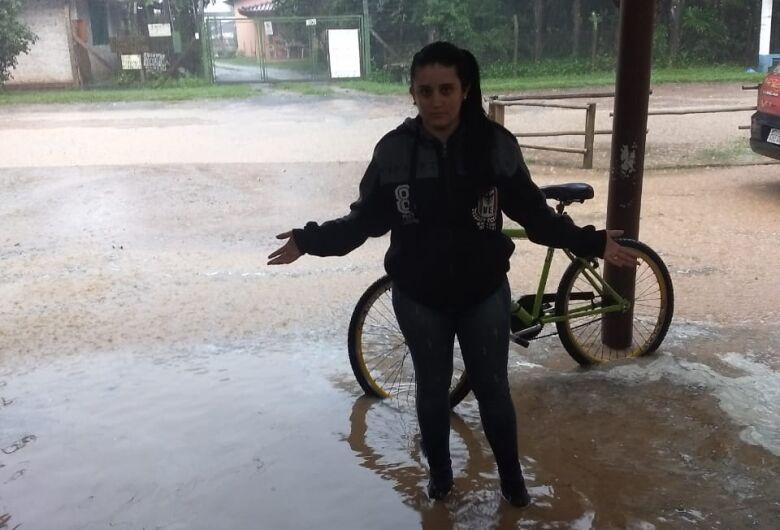 Chuva forte inunda supermercado e alaga ruas na Quinta da Felicidade