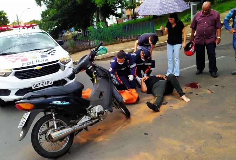 Mãe e filha ficam feridas após colisão no centro