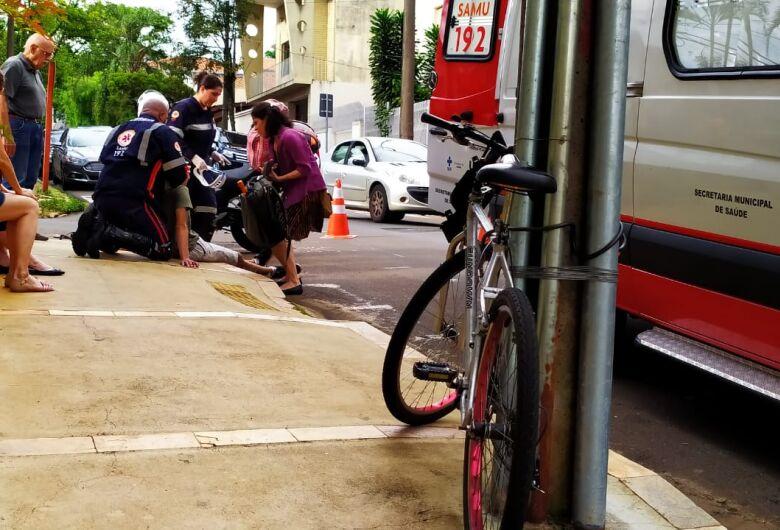 Em cruzamento perigoso, ciclista é atingido por carro no centro