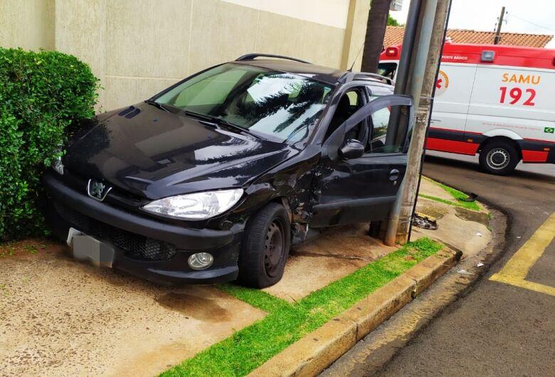 Carro fica 'entalado' entre muro e poste no centro de São Carlos