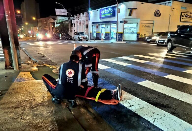 Motociclista fica ferido após colisão com carro em cruzamento no Centro