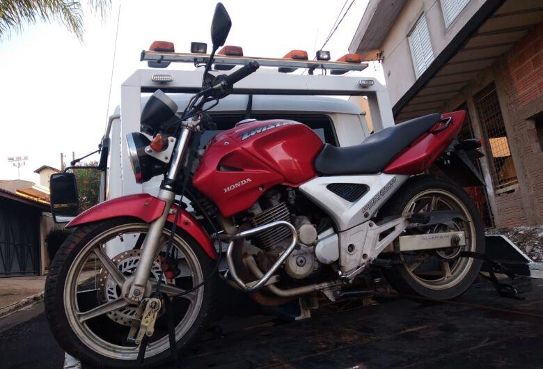 Homem abandona moto em mata no Jardim Ricetti e foge